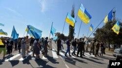 Кырымтатар активистлары Чонгар чик ноктасында юлны яба