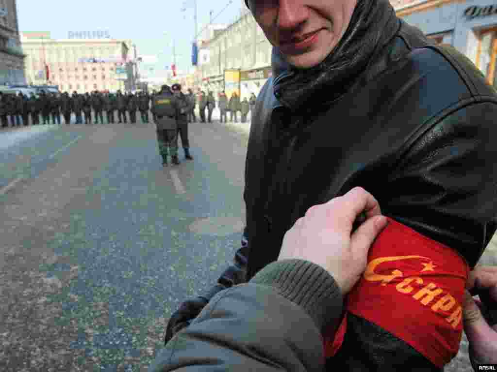 Дружинники одной из левых партий и милицейские оцепления на Тверской