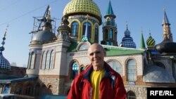 """Илдар Ханов үзе төзегән """"Галәм гыйбадәтханәсе"""" янында"""