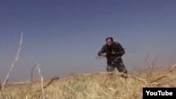 Скриншот видео, выложенного в Интернет сирийскими повстанцами, на котором говорящие на фарси мужчины участвуют в военных действиях в Сирии.