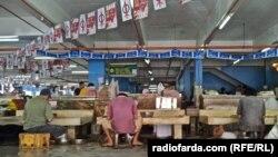 پرچم ائتلاف حاکم(به رنگ آبی) و «کنش دمکراتیک» یکی از احزاب مخالف دولت در یکی از بازارهای شهر ایپو، چند روز پیش از آغاز رایگیری. انتخابات این دوره با اقبال گستردهای روبهرو شده است