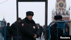 Полицейские стоят за металлическими ограждениями в центре Москвы. 2 апреля 2017 года.