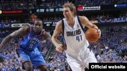 Dallas Mavericks`li Dirk Nowitzki (sağda) Oklahoma City Thunder`li Kendrick Perkins`ə qarşı