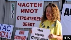 Протестиращи по време на заседанието на Общинския съвет в Бургас.