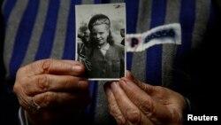 Освенцим үлем лагерендә исән калган 89 яшьлек Ядвига Богуцка (кыз исеме Регульска) кулында үзенең 1944 елда төшкән рәсеме