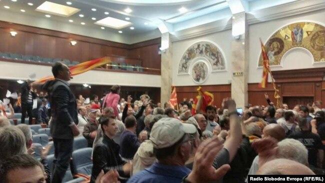 """U stadionskoj atmosferi, zastupnici iz SDSM skandirali su """"glasanje"""", poslanici iz VMRO-DPMNE """"izbori"""""""