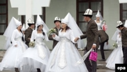 Kyrgyzstan -- Couples take part in a mass wedding ceremony in the capital Bishkek, 13Nov2012