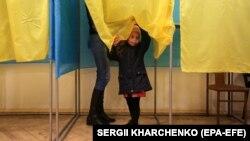 Перед першим туром місце голосування змінили понад 315 тисяч українців, які в день виборів перебували не за місцем своєї реєстрації