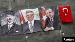 گروهی در حال نصب پوسترهای تبلیغاتی اردوغان (نفر اول از راست)، گل و کمال آتاتورک