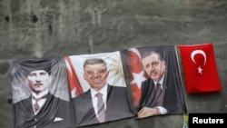 Босфор кысыгындагы үчүнчү көпүрөнүн ташын койуу салтанатында Түркиянын 1-президенти Мустафа Кемел Ататүрктүн (солдо), президент Абдулла Гүлдүн (ортодо) жана премьер-министр Режеп Тайып Эрдогандын сүрөттөрү илинип турду. 29-май, 2013.