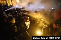 Столкновения демонстрантов с полицией в центре Будапешта 13 декабря