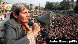 Румыниялық құқыққорғаушы Дойна Корня Университет алаңындағы жиында сөйлеп тұр. Бухарест, 23 мамыр 1990 жыл.