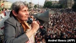 Дойна Корня выступает на митинге на Университетской площади в Бухаресте, 23 мая 1990