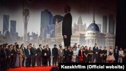 Актеры и создатели художественного фильма «Путь Лидера. Астана» после его показа в Алматы.