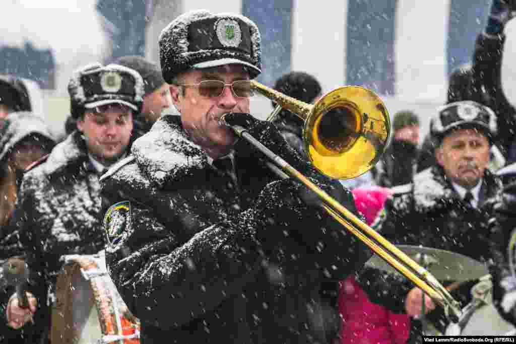 Оркестр УМВС України в Дніпропетровській області виконує гімн України