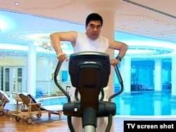 Ak mermerden gurlan fitnes klubynda ak sport geýimli prezident Berdimuhamedow maşk edýär.