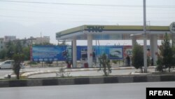 Türkmenistanda awtoulagy bolan raýatlara her aýda 120 litr benzini mugtuna bermek düzgüni 2008-nji ýyldan girizildi.