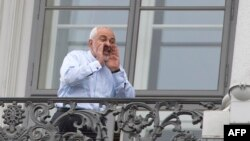 Могаммад Джавад Заріф на балконі готелю у Відні, де тривають переговори, 13 липня 2015 року