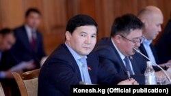 Дамирбек Асылбек уулу (на переднем плане) в бытность депутатом парламента Кыргызстана.