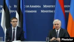 Армения -- Совместная пресс-конференция глав МИД Армении и Эстонии - Эдварда Налбандяна (справа) и Свена Миксера, Ереван, 13 июня 2017 г.