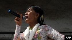 Аун Сан Су Чжи выступает перед беженцами на окраине Бангкока 30 мая 2012 г.