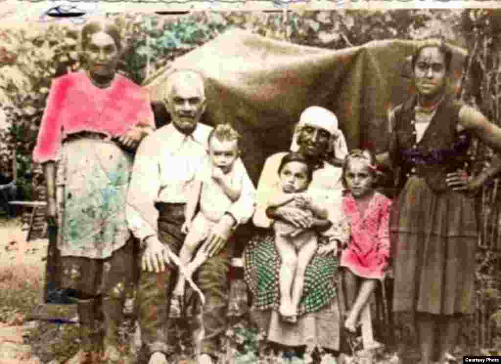 Petru Câmpanu și Ana Alla (așezați) – bunicii lui Marin Alla. În brațele bunicului e Mihai Alla – tatăl lui Marin. Satul Ursari, circa 1935