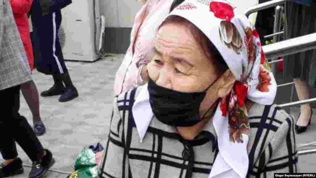 Женщина в маске ждет своей очереди возле почтового отделения. 6 апреля 2020 года. В этот день Кызылординская область вышла на третье место по числу заражений коронавирусом после столицы и Алматы. За сутки там выявили 13 новых заражений.