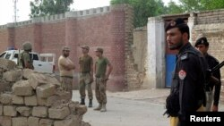 Pakistani soldiers stand outside a prison earlier this year (file photo)