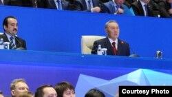 Президент Казахстана Нурсултан Назарбаев (справа в центре) выступает на Индустриальном форуме. Астана, 3 июля 2012 года.