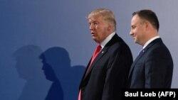 ABŞ-nyň prezidenti Donald Tramp (ç) we Polşanyň prezidenti Andrzej Duda (s), Warşawa, 6-njy iýul, 2017.