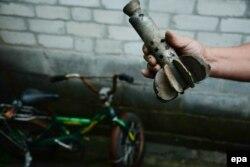 Обломки минометной мины, повредившей один из домов в Славянске. 25 июня 2014 года