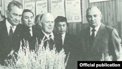Первый секретарь ЦК Компартии Казахстана Динмухамед Кунаев (крайний слева), генеральный секретарь ЦК КПСС Михаил Горбачёв (крайний справа). Целиноград, 1985 год.