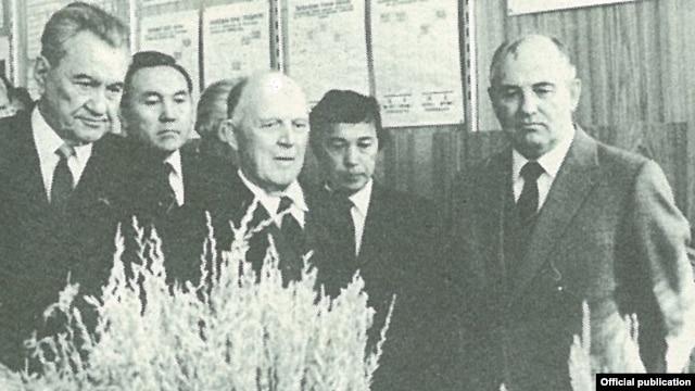 Первый секретарь ЦК Компартии Казахстана Динмухамед Кунаев, председатель Совета министров Казахской ССР Нурсултан Назарбаев (слева крайние), генеральный секретарь ЦК КПСС Михаил Горбачев (крайний справа). Целиноград, 1985 год.