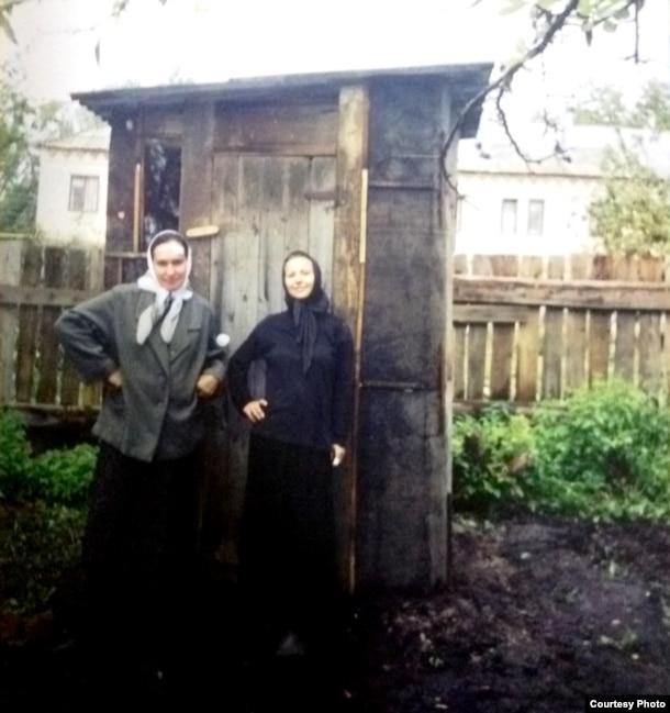 Валентина Савинова (в черном) после гибели в Чечне жениха больше года не снимала траур и жила при церкви.