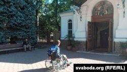 Васіль Парфянкоў каля царквы