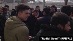 Молодые люди, собравшиеся возле здания представительства ЕС в Душанбе требовали экстрадиции Мухиддина Кабири.