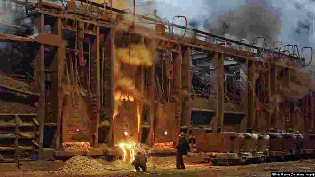 Рабочие отбирают на пробу образец металла на заводе в Кривом Роге, Украина. Во время съемок на заводе в Восточной Украине Виктору Махе сообщили, что за две недели до его визита на этом производстве погиб рабочий.