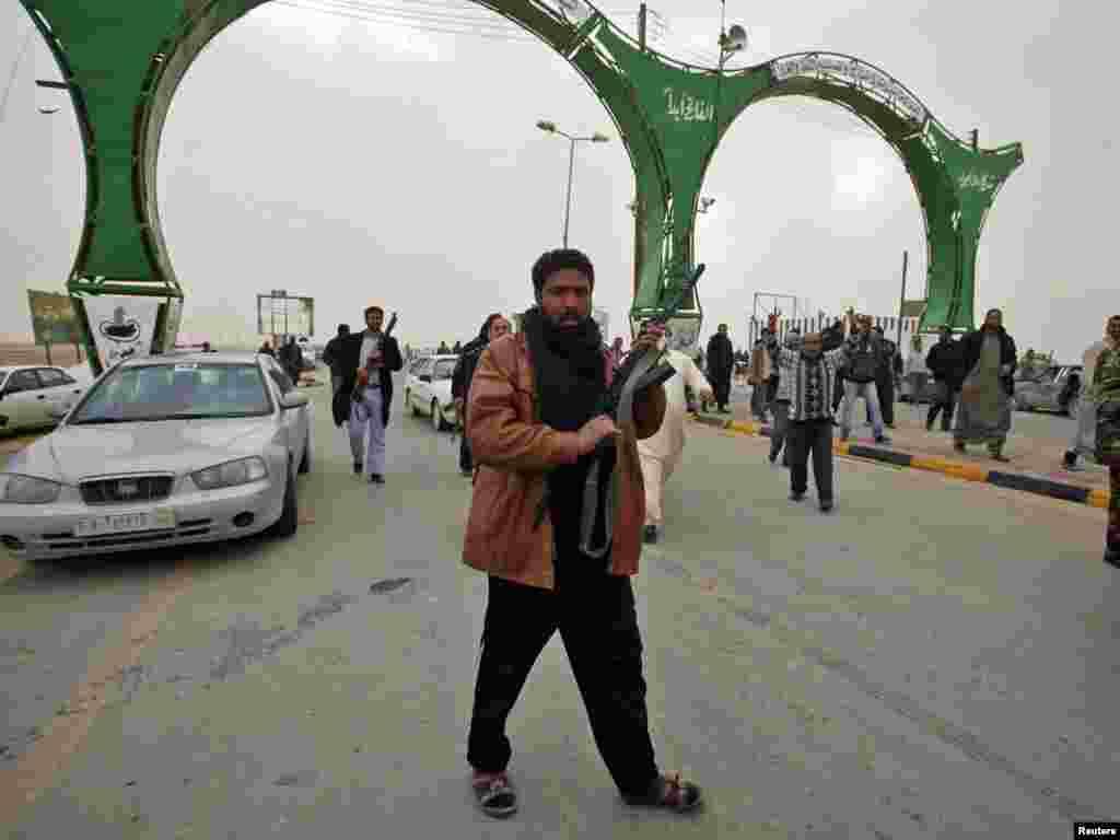آمادگی ناراضیان قبیله ای برای مقابله با حمله طرفداران قذافی در یک ایستگاه بازرسی در شهر اجدبیه