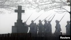 Историческая реконструкция марша на кладбище Первой мировой войны во Франции - ноябрь 2012 года