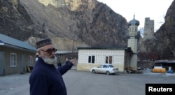 Магомед Алигаджиев, отец воюющего в Сирии исламиста, показывает на мечеть в селе Гимри в Дагестане. 27 января 2016 года.