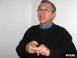 Кәсіпкер Тахиржан Ахметов сот орындаушыларының өз міндеттерін орындамағанына наразылық ретінде екінші саусағын кеспек ниеті барын мәлімдеді. Алматы, 9 ақпан 2009 ж.
