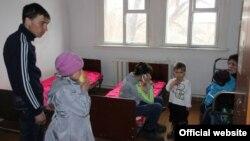 Жители, эвакуированные из домов села Сарытобе из-за паводка, размещены в средней школе. Карагандинская область, 12 апреля 2015 года.