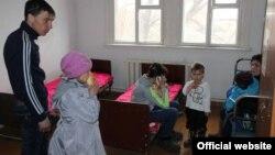 Жители, эвакуированные из домов села Сарытобе из-за паводка, размещены в средней школе. Карагандинская область, 12 апреля 2015 года. Фото ДЧС Карагандинской области.