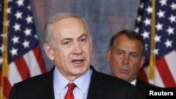 بنیامین نتانیاهو، نخست وزیر اسرائیل، و پشت سر وی، جان بینر رییس مجلس نمایندگان آمریکا