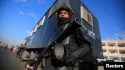 رجل أمن مصري يقف أمام أكاديمة الشرطة في القاهرة حيث من المقرر أن تعقد جلسة لمحاكمة الرئيس المعزول محمد مرسي.