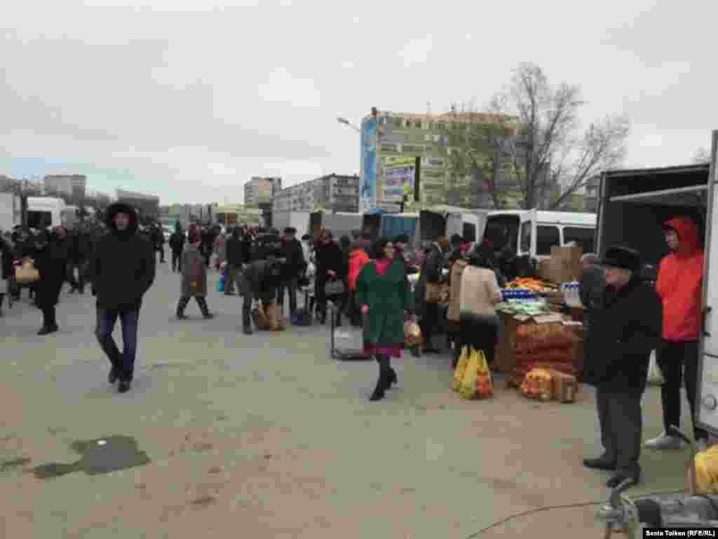 В основном на ярмарке предлагают товар из Ирана и Азербайджана, местной продукции мало.