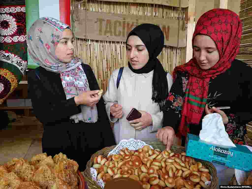 Во время фестиваля зрителям предлагают отведать блюда национальной кухни 13 стран.