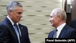 Prezident Vladimir Putin (sağda) və ABŞ-ın Rusiyadakı səfiri on Huntsman bu ilin aprelində
