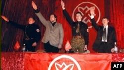رهبران یک حزب نژادپرست روس که اکنون غیرقانونی اعلام شده، در حال ادای احترام به سبک هیتلر.