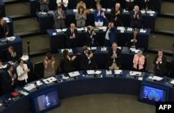 Депутати Європарламенту аплодують після спільної ратифікації з Верховною Радою України Угоди про асоціацію з ЄС, Страсбург